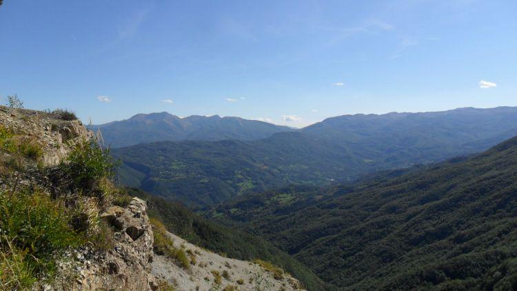 Vista dal monte Caio su gola vallata di Tizzano